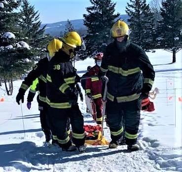Paramédics et pompiers portent secours à un homme blessé au Club de golf de Richmond